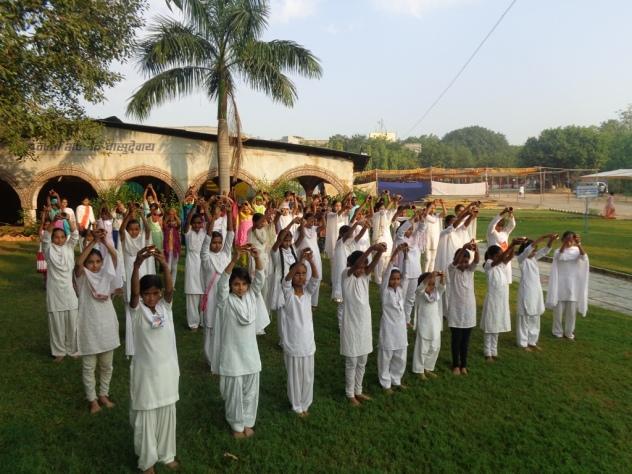 कुप्रचार की ऐसी-तैसी बच्चो का दिवाली पर आश्रम मे अनुस्ठान